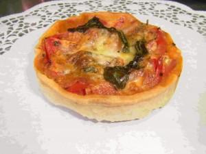 Tomaten-Mozzarellaquiche mit Basilikum