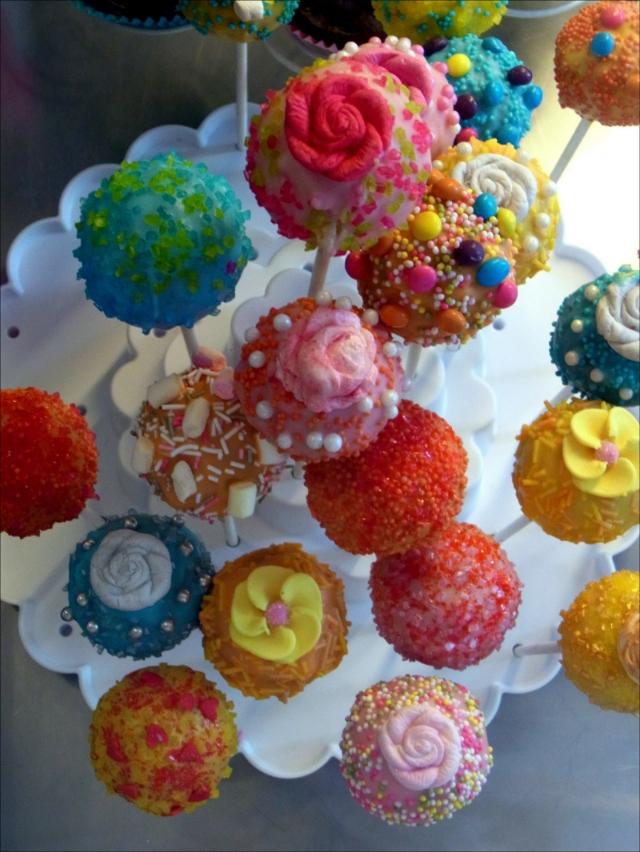 Vanille Cake Pops mit Schokoladenüberzug und Zuckerdekoration