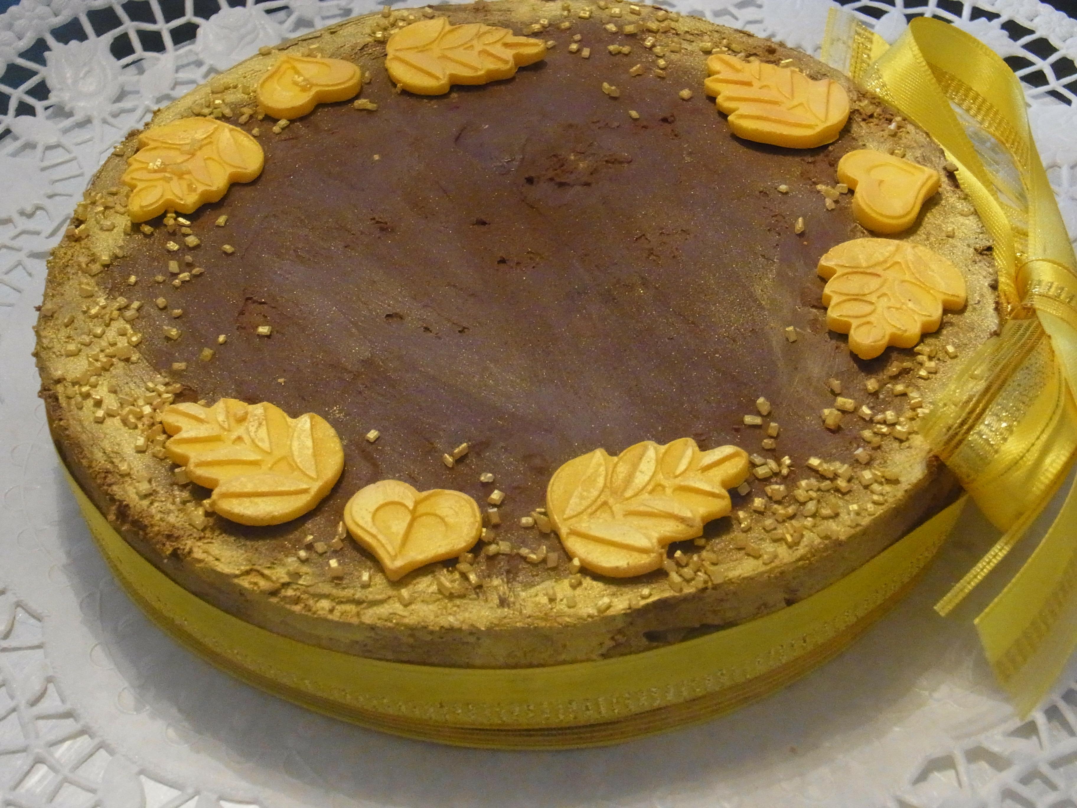 Schokoladen Torte mit goldener Zuckerdekoration
